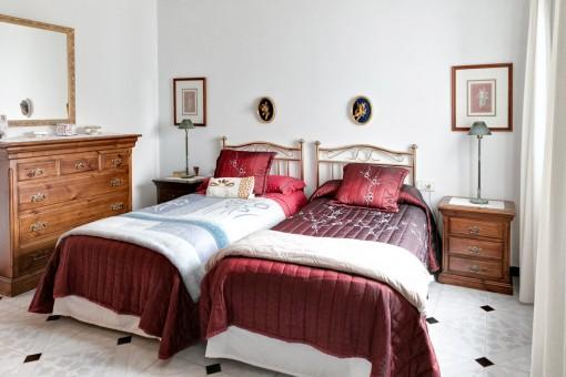Dormitorio de huéspedes con luz del día