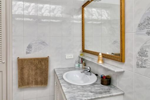 Luminoso baño con elementos marmol