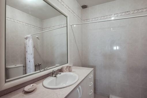Moderno cuarto de baño con ducha