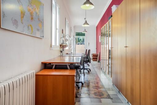 Despacho muy largo con acceso a la terraza
