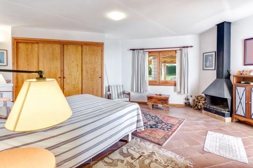 Dormitorio doble con chimenea
