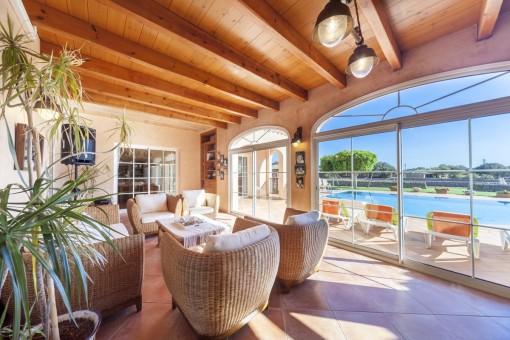 Zona de relax soleada con ventanas panorámicas
