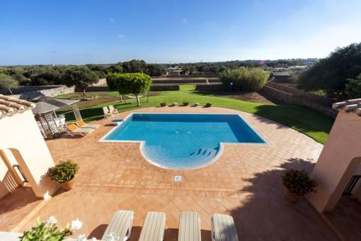 Vista del área de piscina fantástica