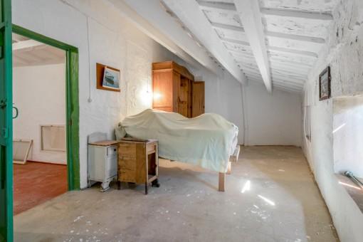 Dormitorio con inclinación del techo