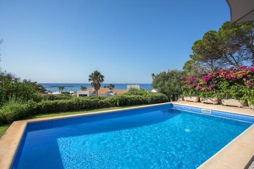 Encantadora propiedad con 2 terrenos con piscina e impresionantes vistas al mar, idealmente ubicada a solo 5 minutos de la playa