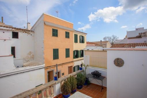 Preciosa casa de esquina reformada con balcón grande y garaje en Mahón