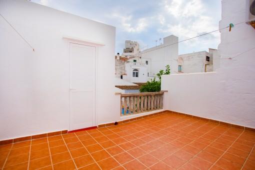 Casa menorquina de 2 plantas con patio en tranquila zona residencial del centro histórico de la capital Mahón
